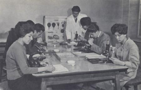 Clase de biología en la Universidad de Kabul.